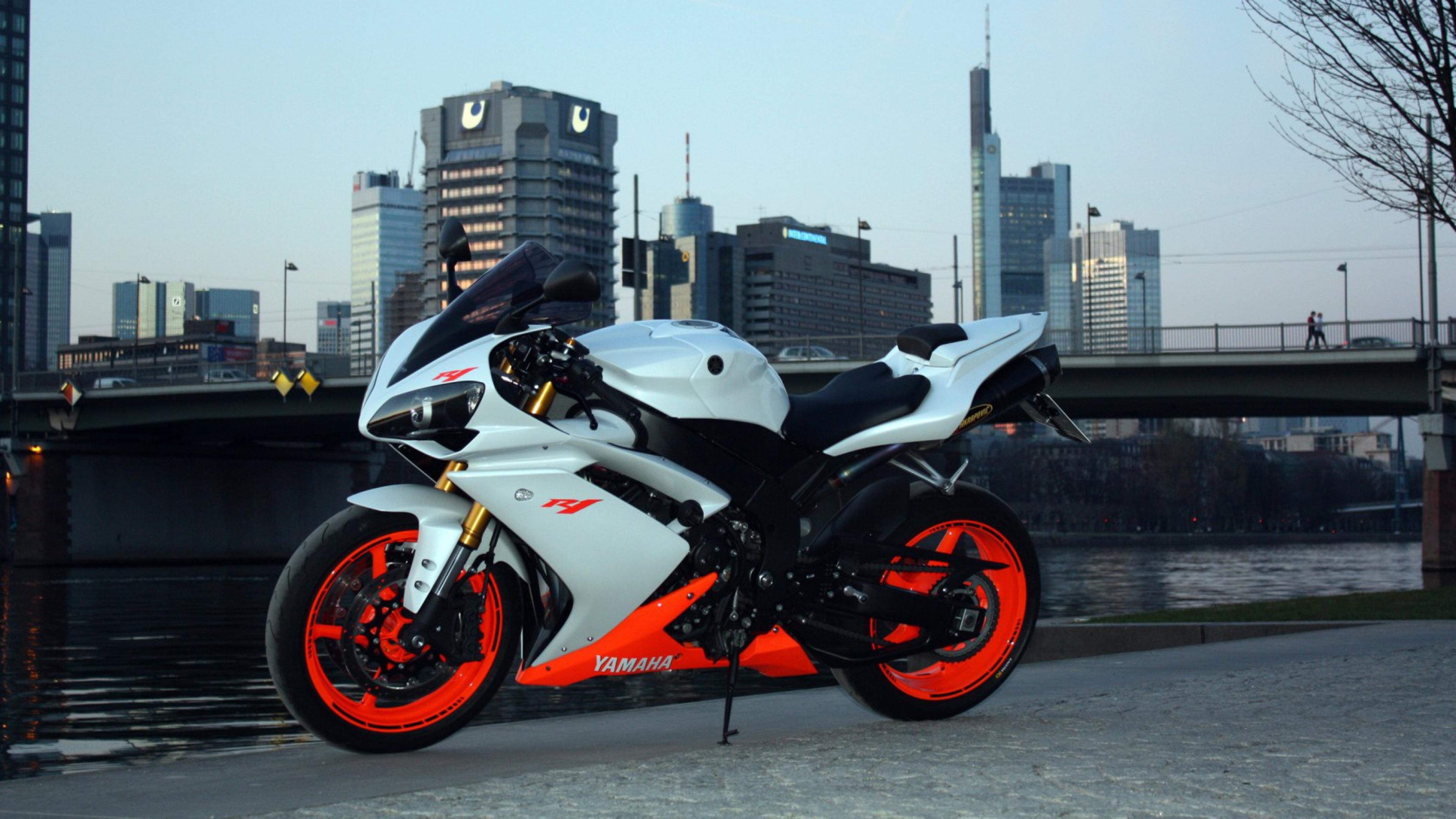 Мотоциклист Yamaha на вираже подборки