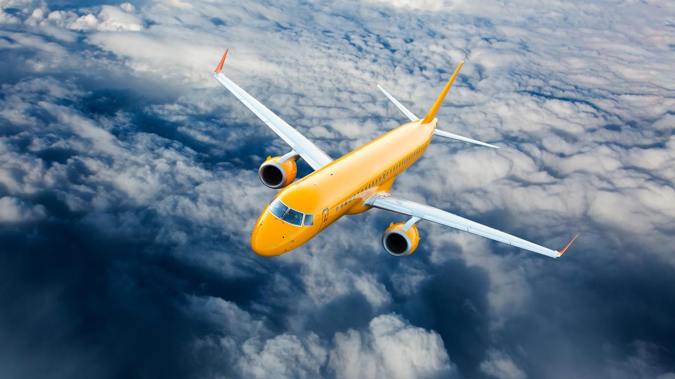 airplane-fly-through-clouds-8k-n8.jpg