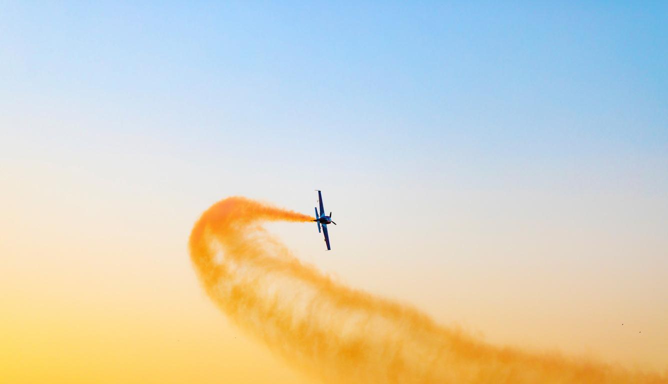 airplane-throwing-yellow-smoke-flight-5k-ol.jpg