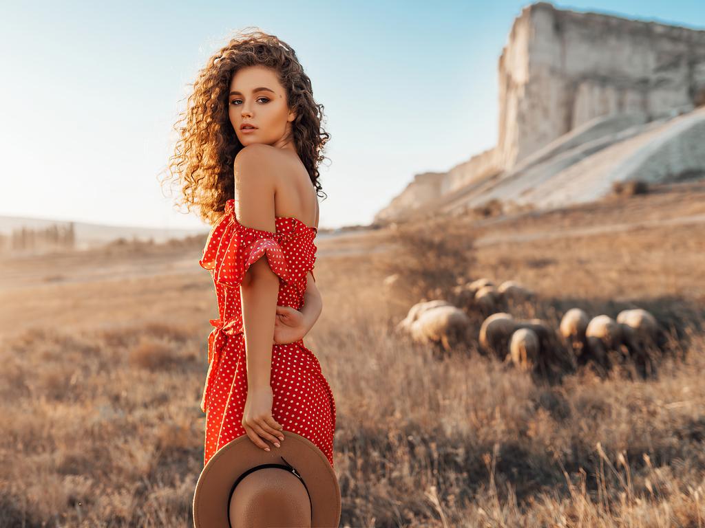alina-zaslavskaya-red-polka-dot-dress-4k-4a.jpg