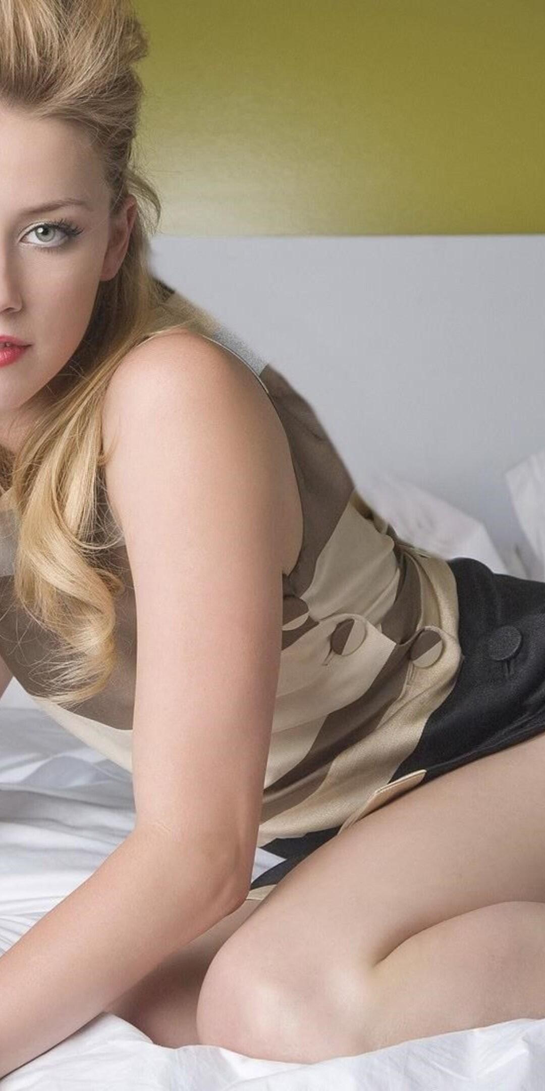 amber-heard-blonde-actress-qhd.jpg