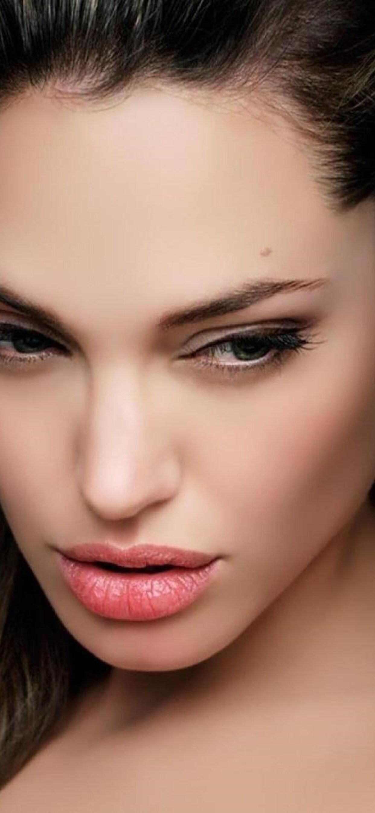 angelina-jolie-face-wide.jpg