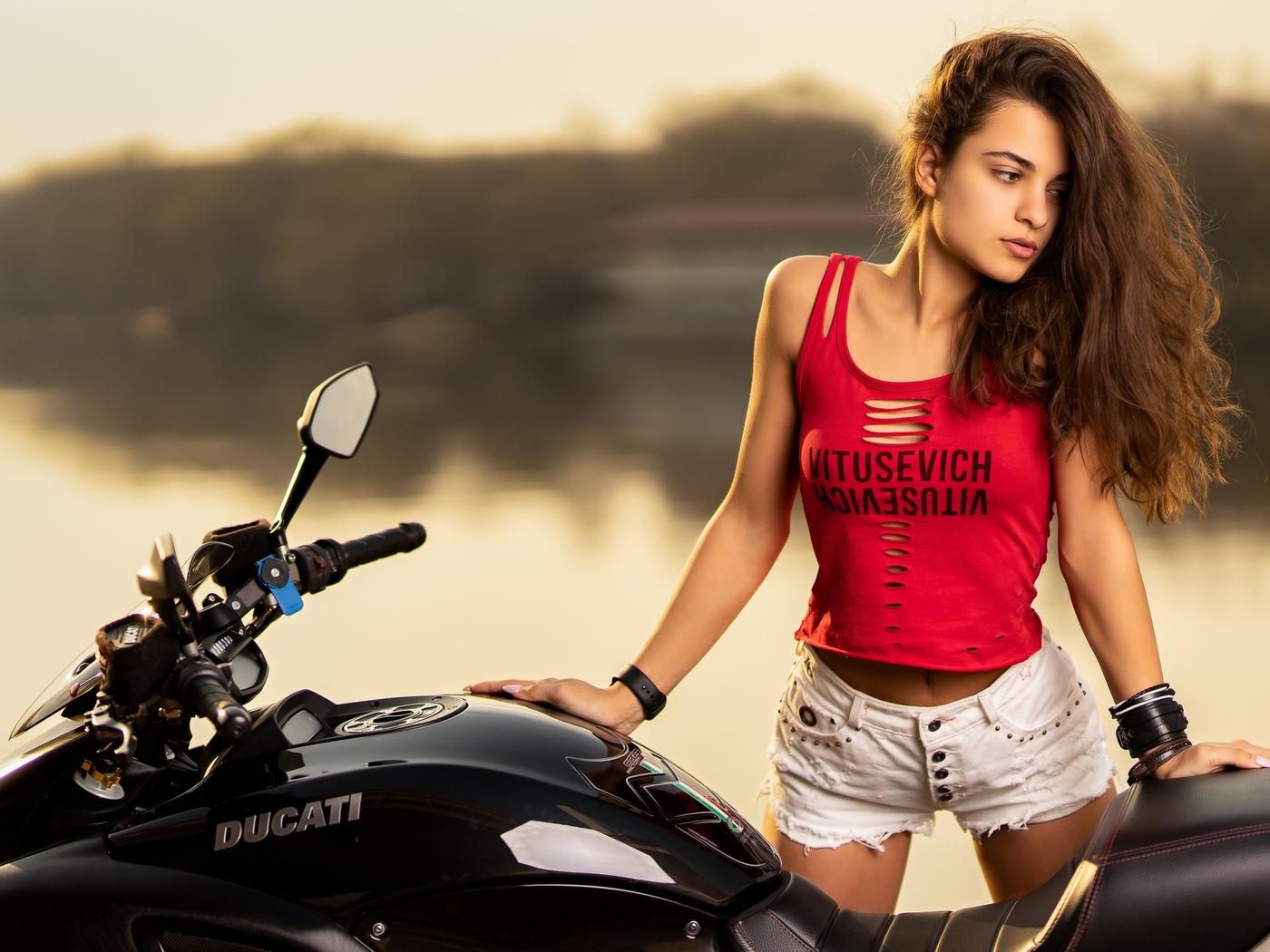 beautiful-girl-with-ducati-v5.jpg