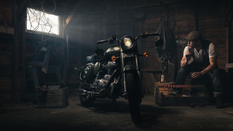 biker-smoking-garage-oe.jpg
