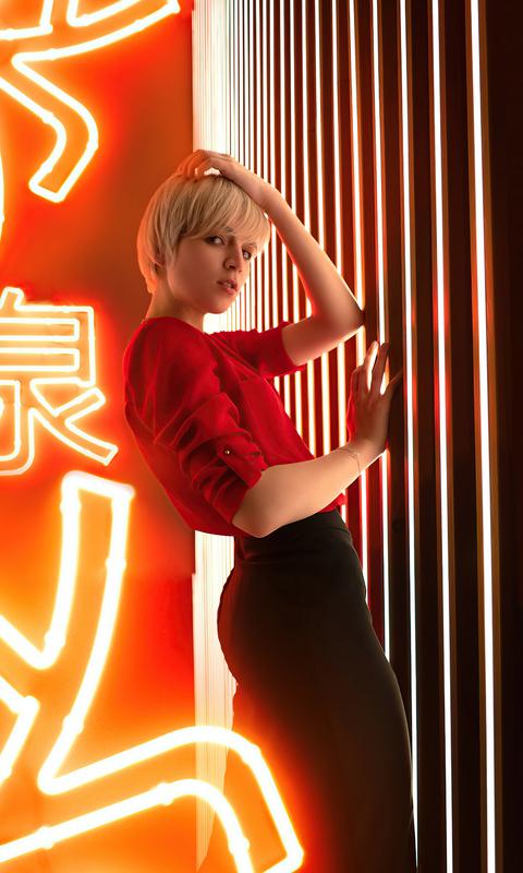 blonde-girl-hands-in-short-hair-5k-el.jpg