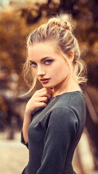 blonde-girl-looking-back-4k-a6.jpg