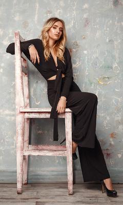 blonde-girl-sitting-chair-4k-i2.jpg