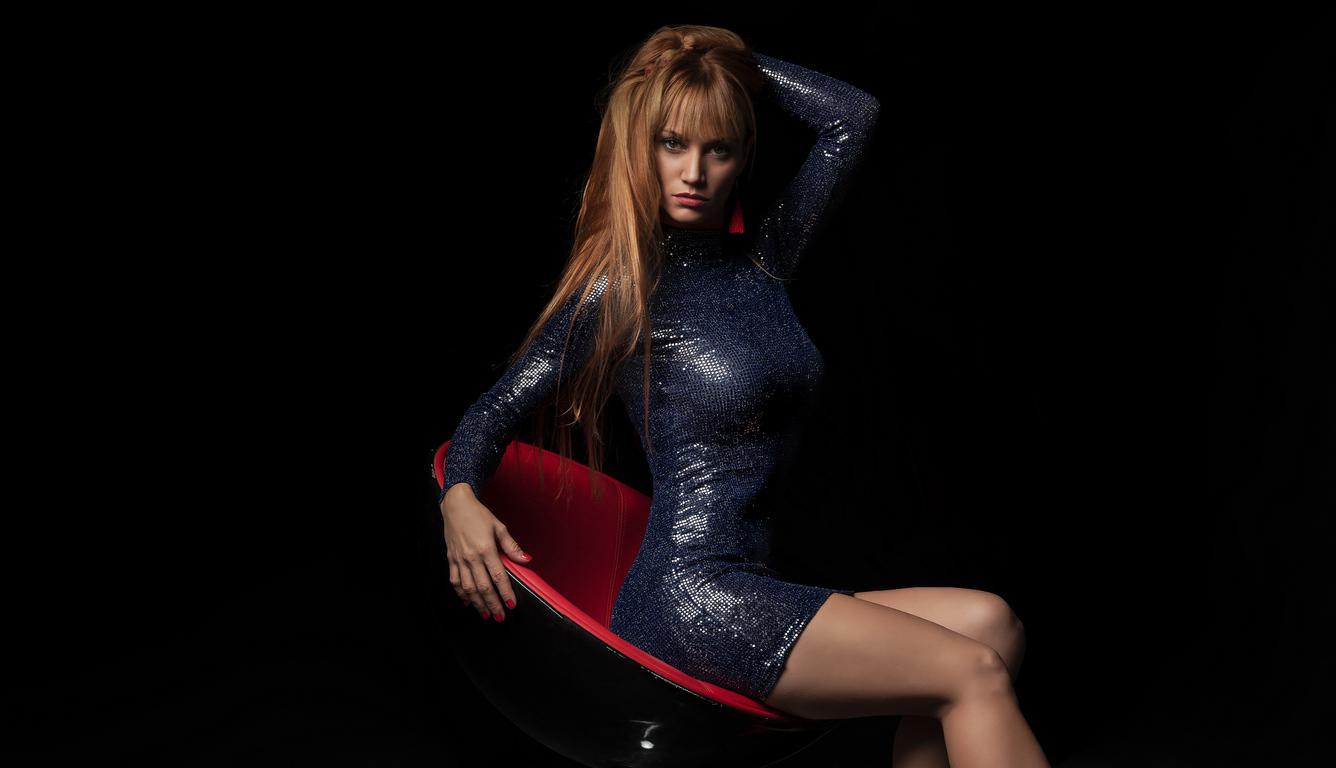 blonde-girl-sitting-on-chair-4k-vk.jpg