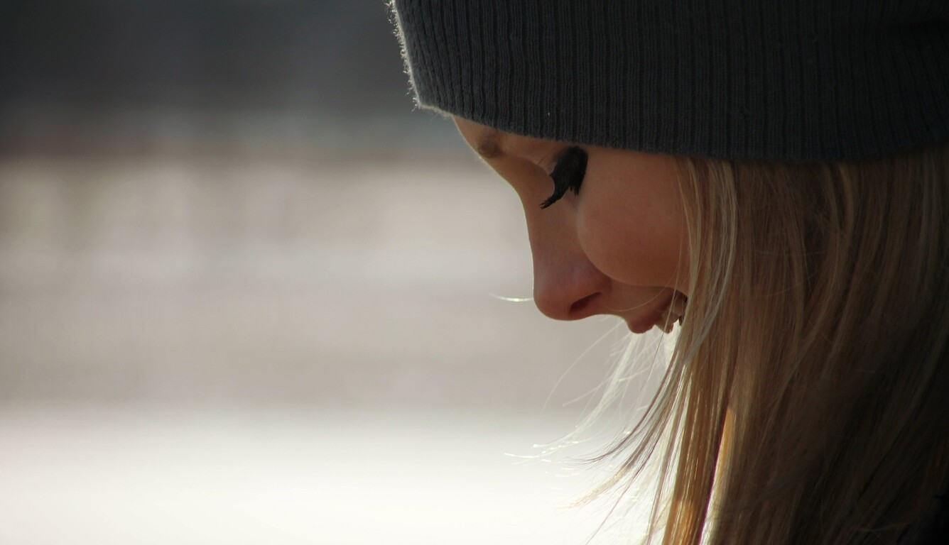 blonde-girl-white-cute-smile-qhd.jpg