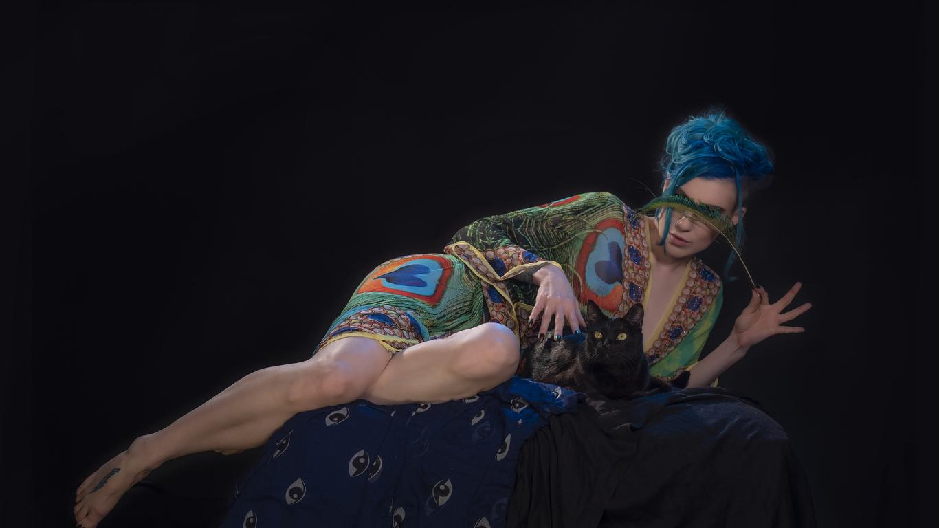 cgi-girl-peacock-dress-cat-5k-2g.jpg