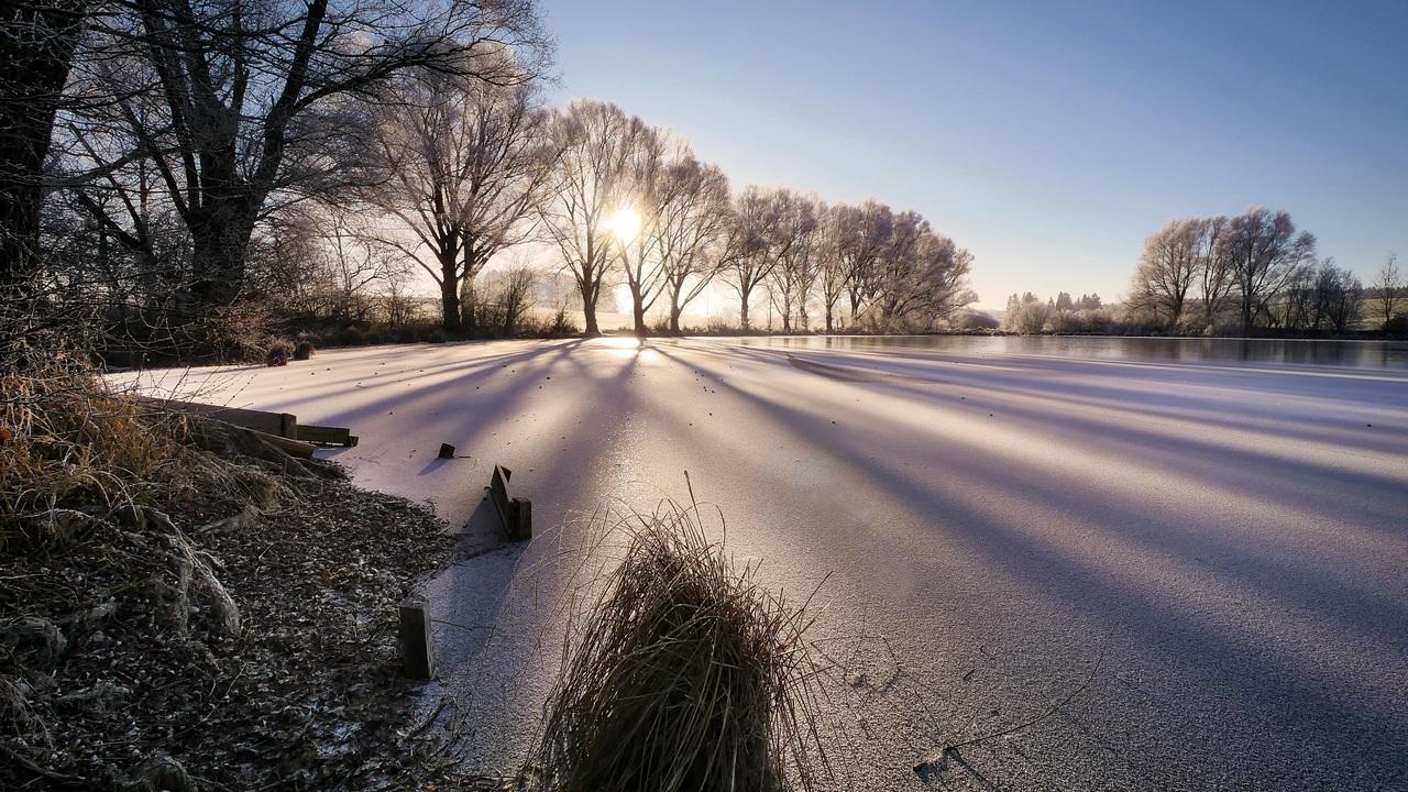 cold-wintry-frozen-lake-sunbeam-trees-4k-5k-z6.jpg