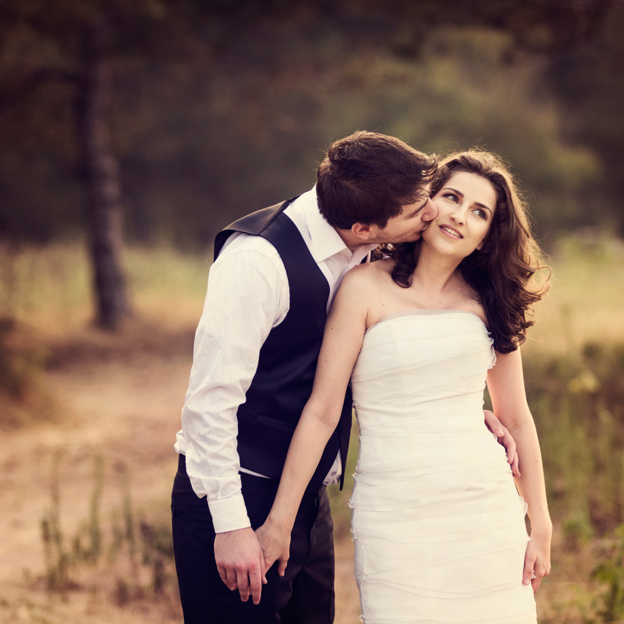 2048x2048 couple kissing ipad air hd 4k wallpapers images - 4k kiss wallpaper ...
