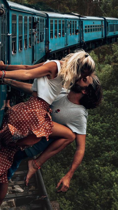 couple-kissing-train-4k-19.jpg