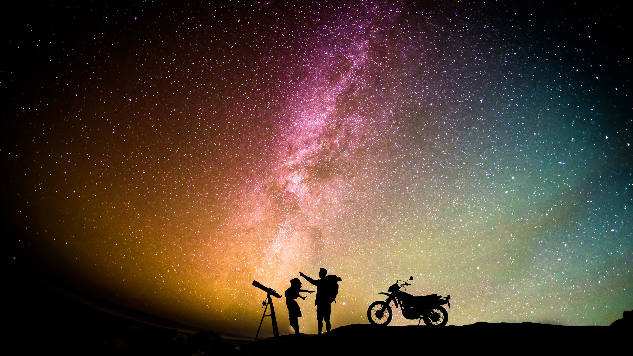 couple-motorcylist-telescope-aurora-sky-5s.jpg
