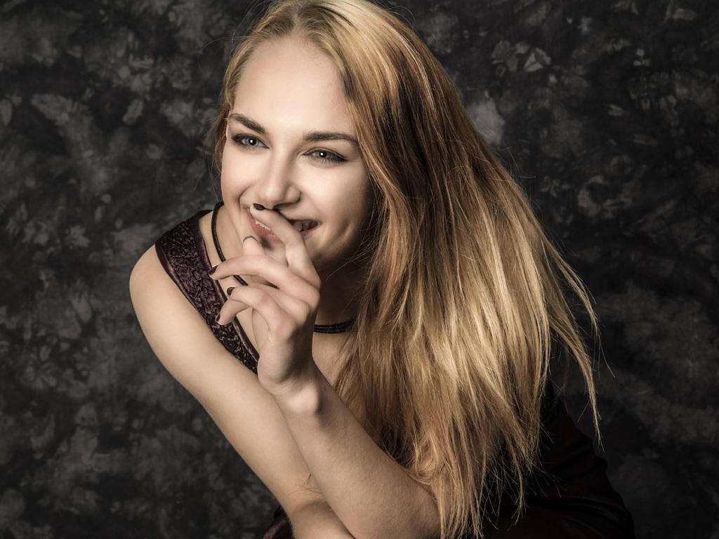 cute-blonde-girl-smiling-5k-0h.jpg
