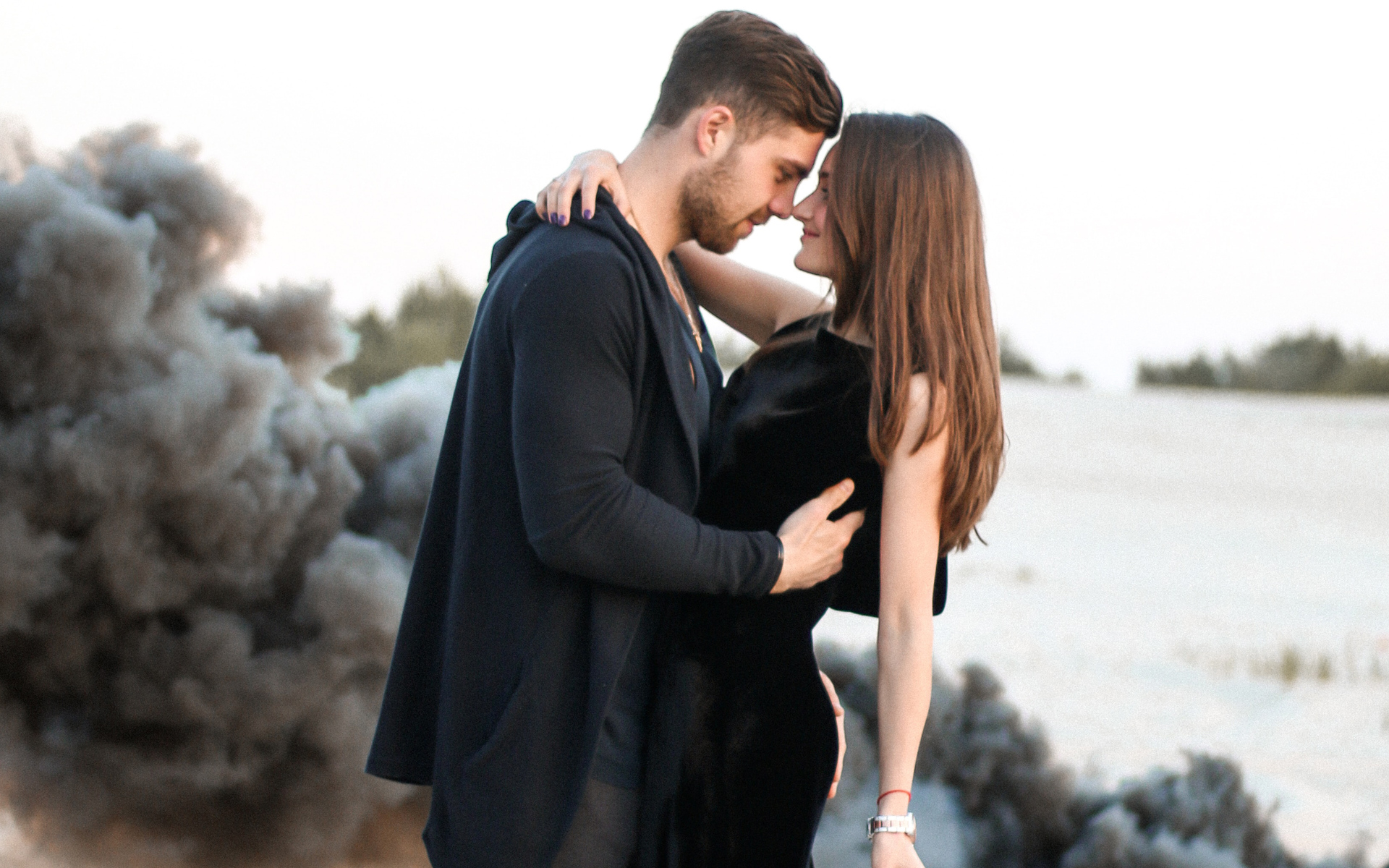 cute-couple-black-clothing-beach-side-iy.jpg