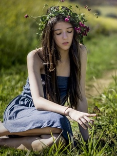 cute-girl-butterfly-grass-qz.jpg