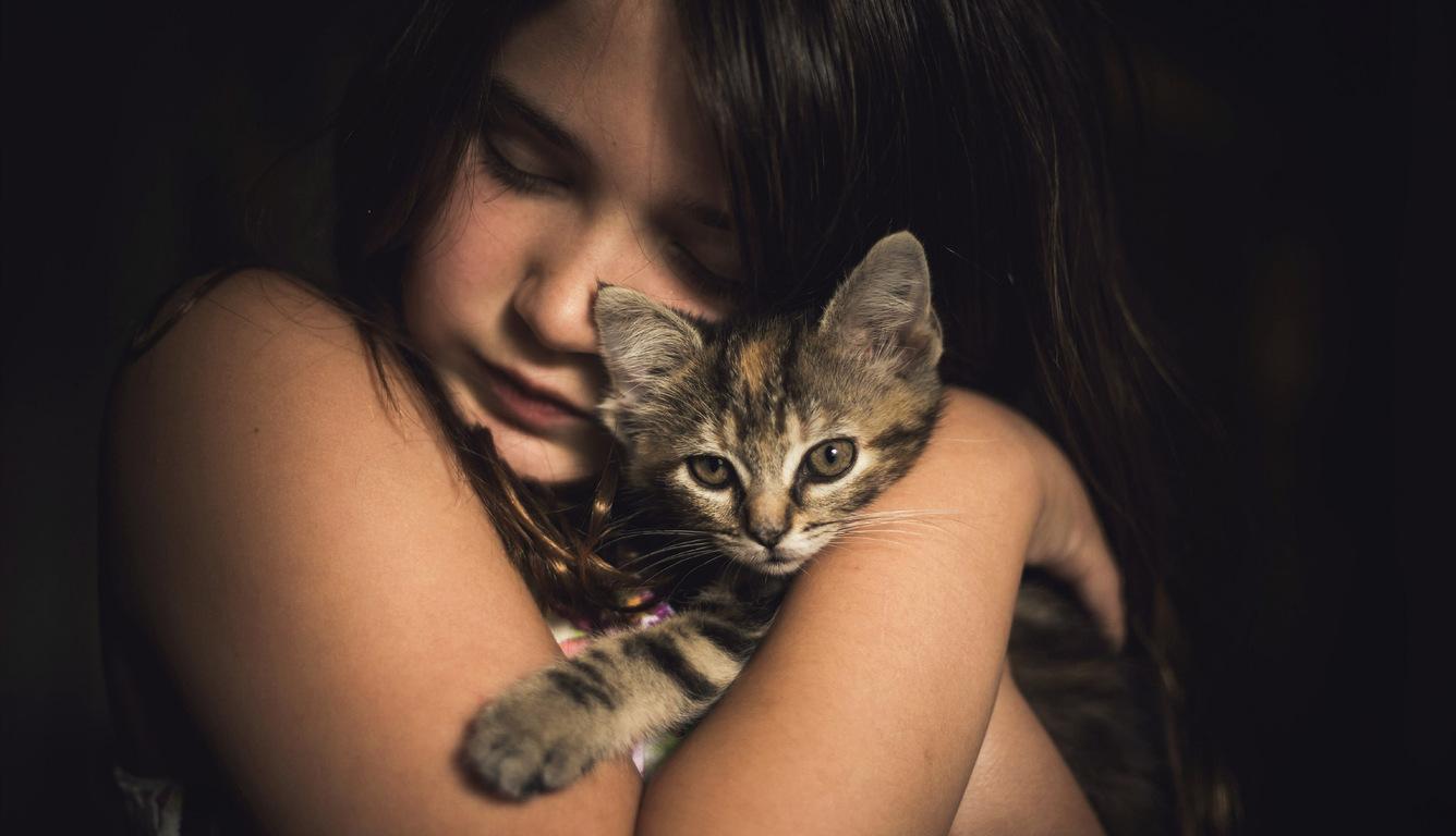 cute-little-girl-with-kitten-lk.jpg