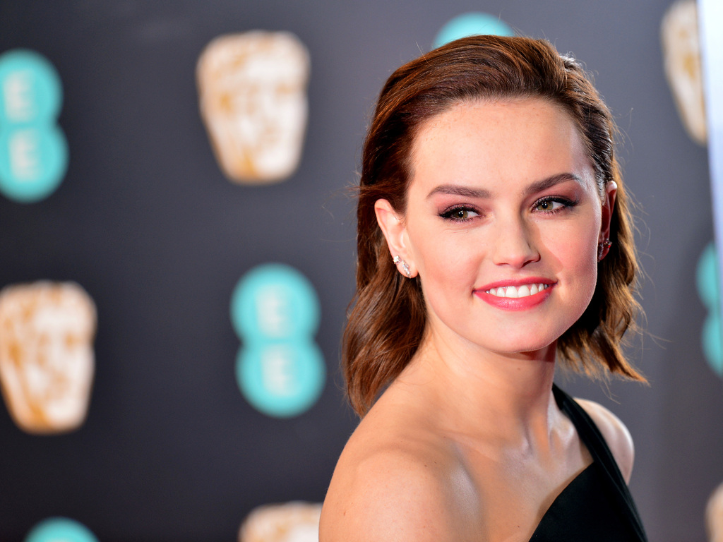daisy-ridley-smiling-premiere-famous-actress-ng.jpg