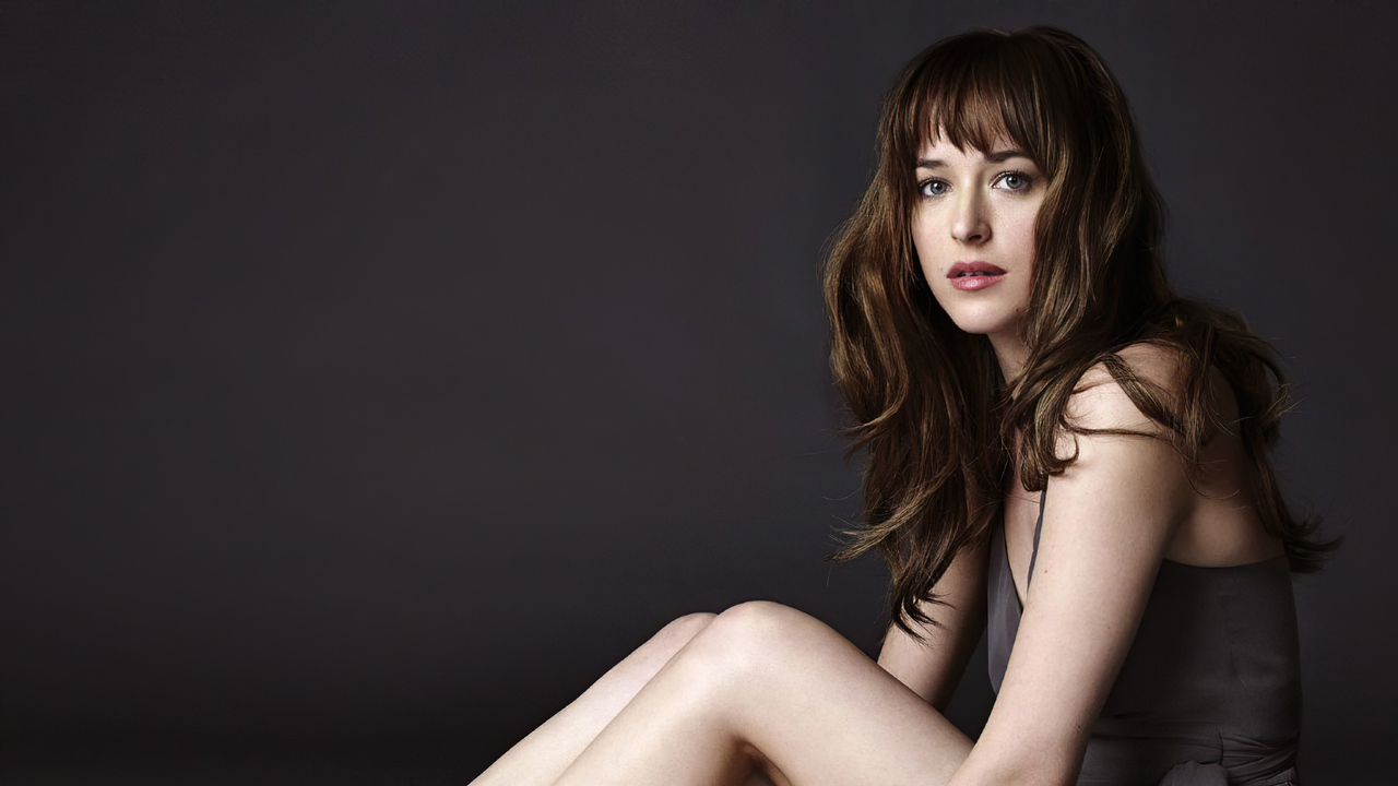 dakota-johnson-looking-at-viewer-4k-vj.jpg