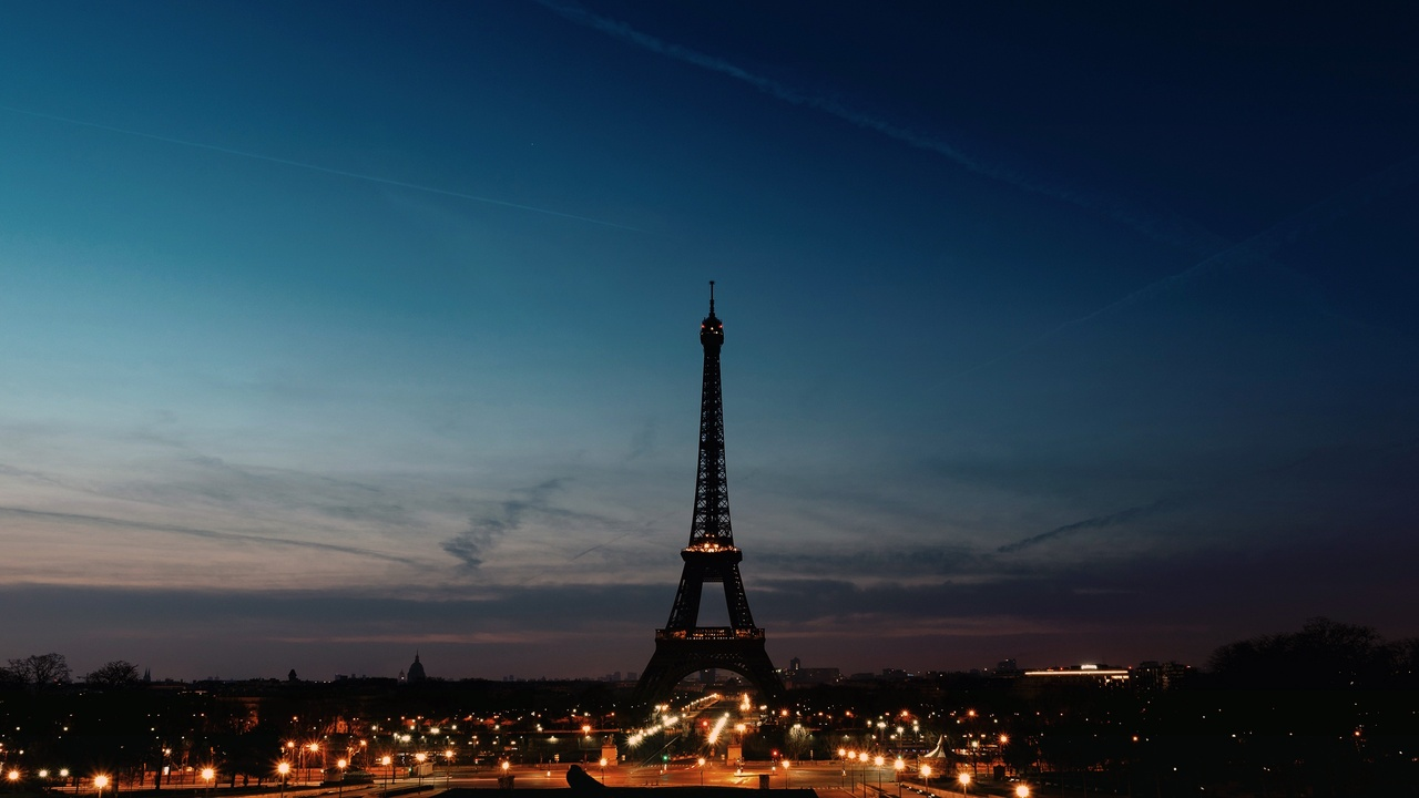 eiffel-tower-night-time-clear-sky-p1.jpg