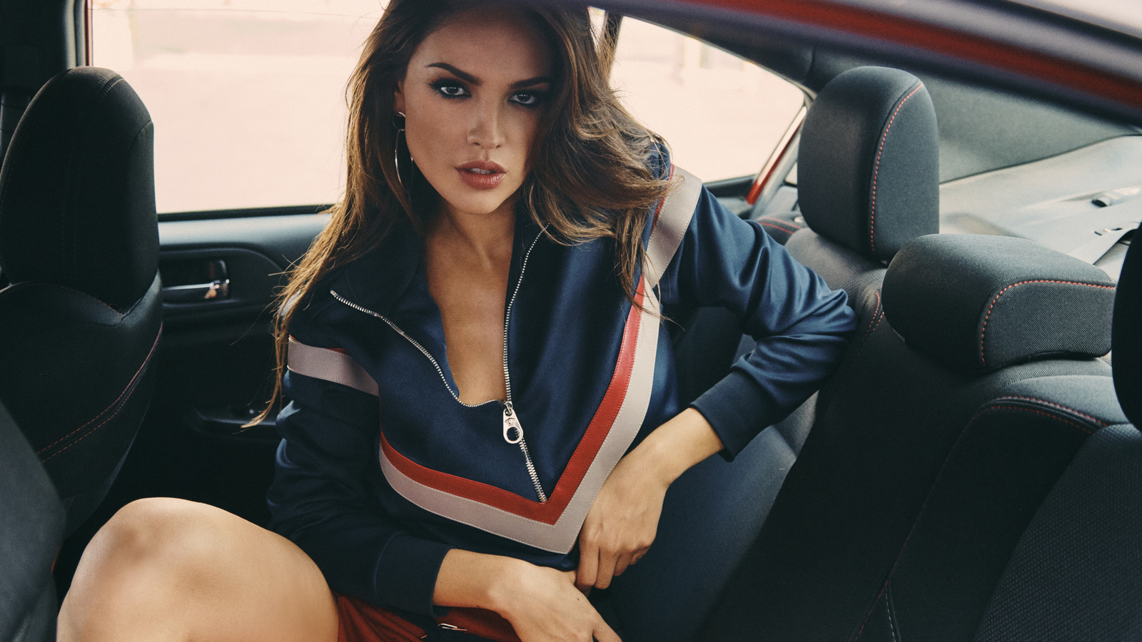 eiza-gonzalez-in-car-eb.jpg