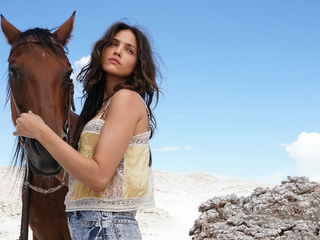 eiza-gonzalez-with-horse-dt.jpg