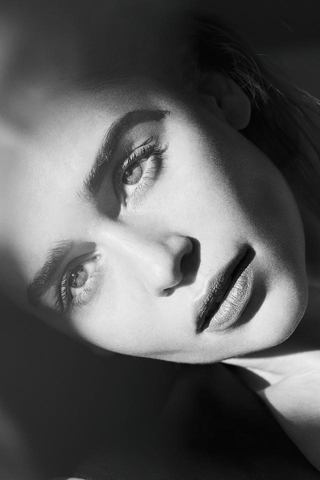 emilia-clarke-harpers-bazaar-russia-photoshoot-4k-s2.jpg
