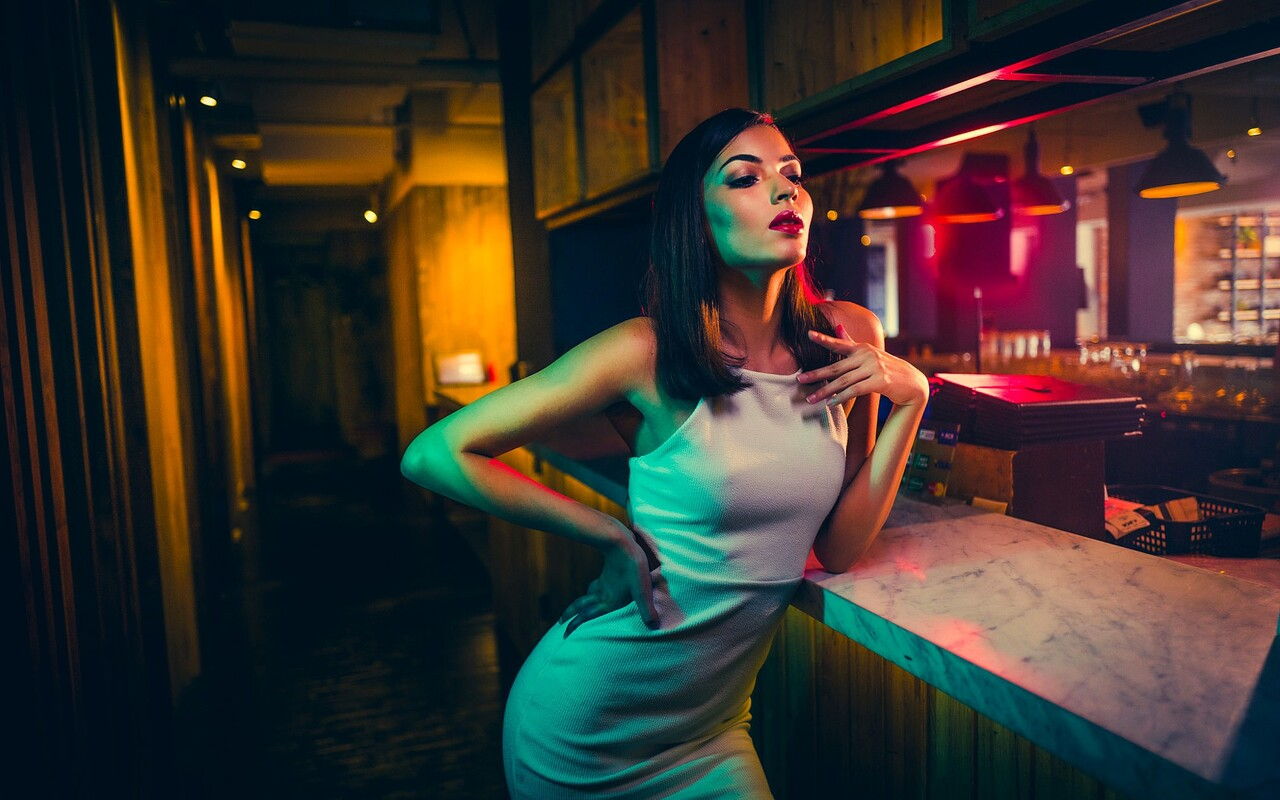 girl-in-bar-wallpaper.jpg