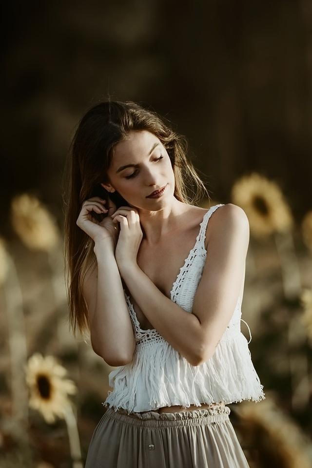 girl-sunflower-field-7q.jpg