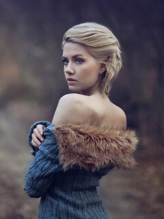 girl-wearing-fur-coat-wallpaper.jpg