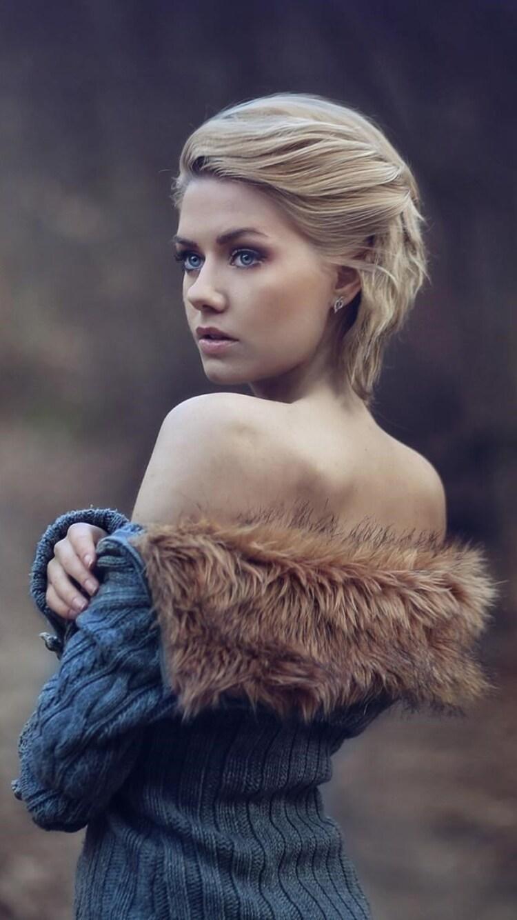 girl-wearing-fur-coat-wallpaper.jpg