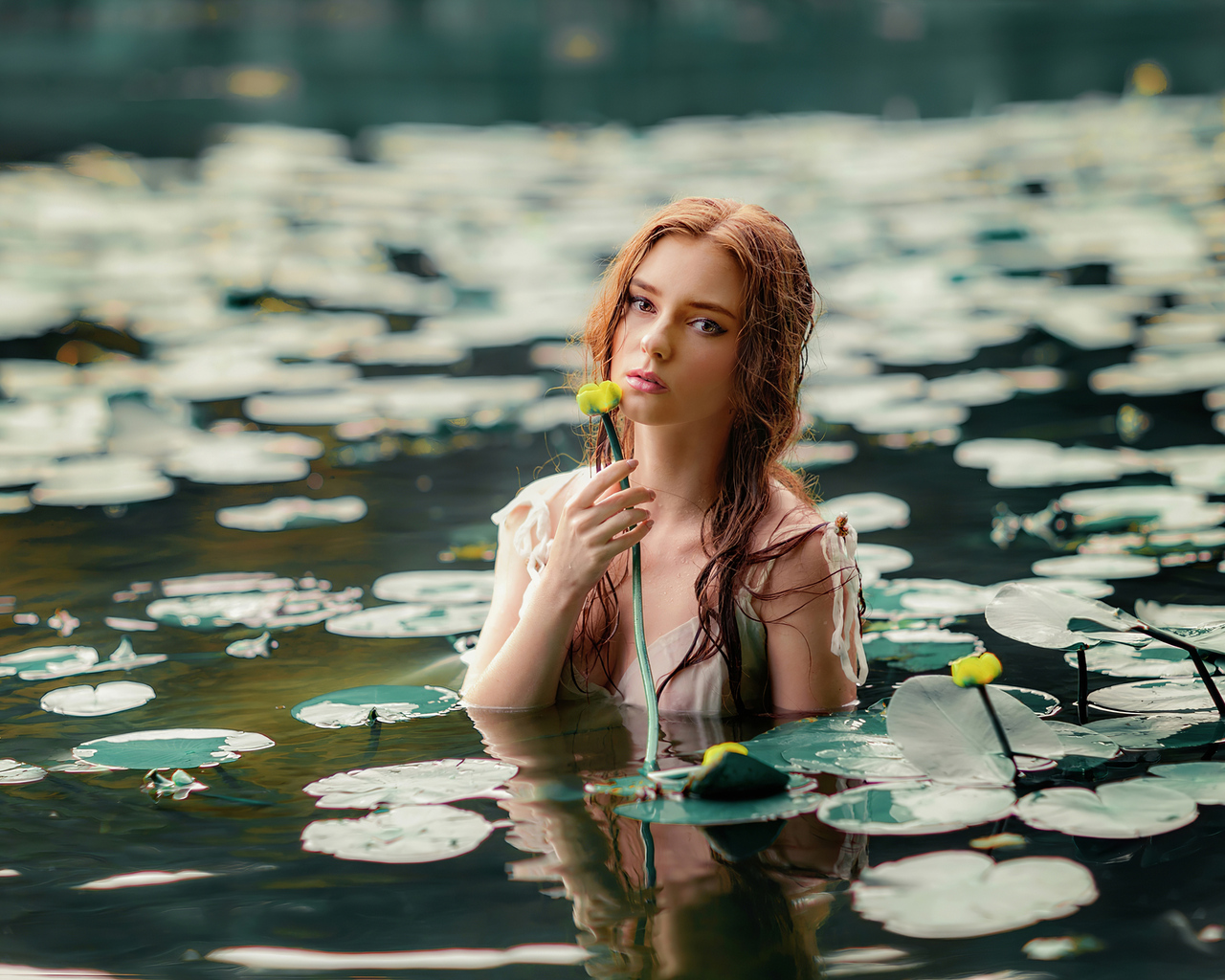girl-with-flower-in-water-4k-7w.jpg