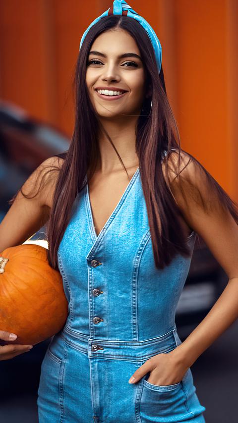 girl-with-halloween-pumpkin-5k-8g.jpg