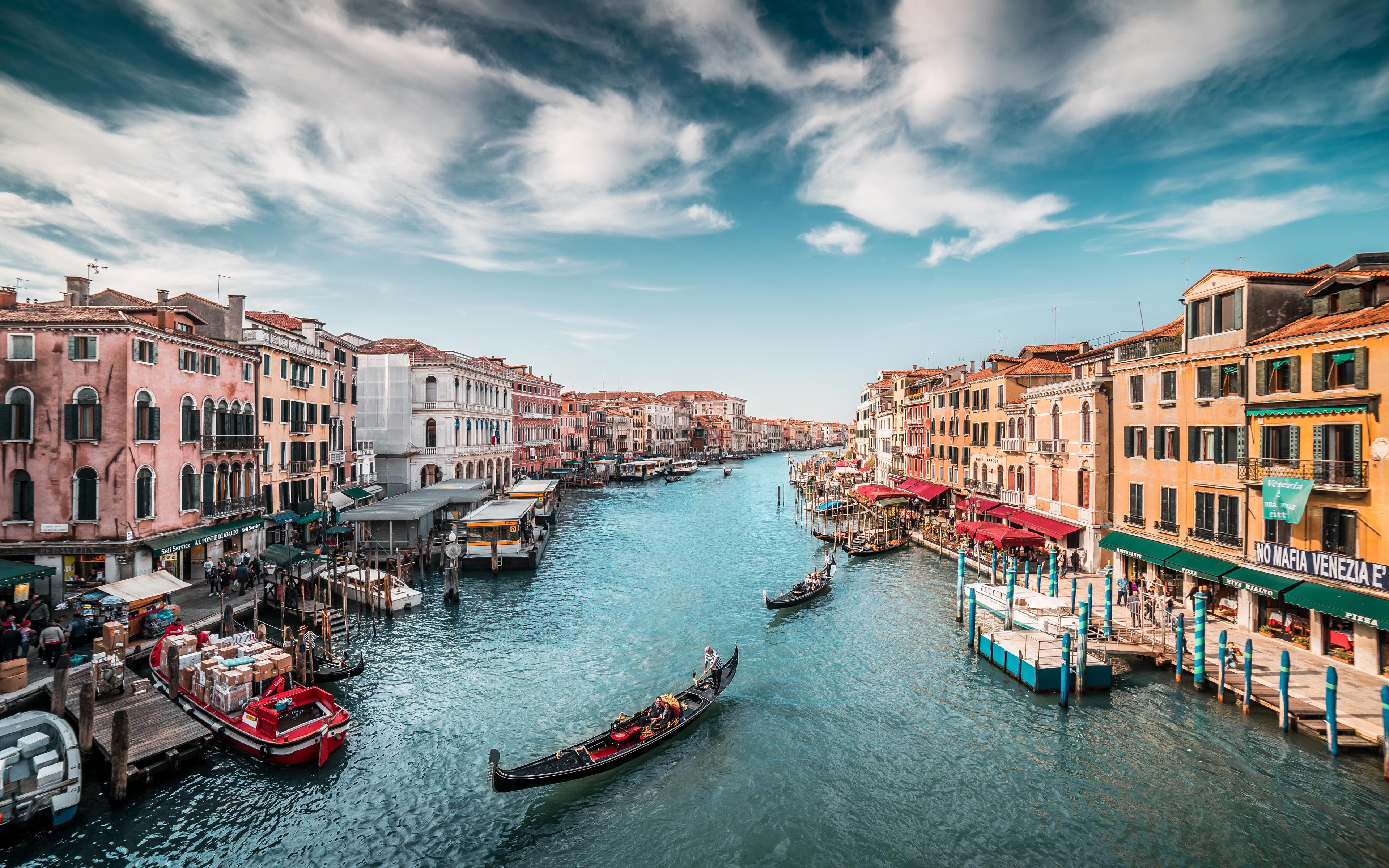 italy-boats-venice-canal-5k-a0.jpg