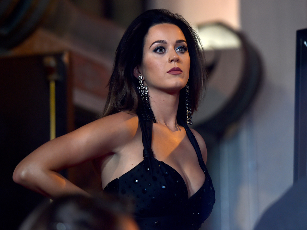 katy-perry-black-hairs-2017-2c.jpg