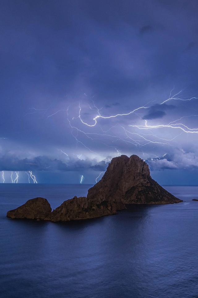 lightining-over-mountains-4y.jpg
