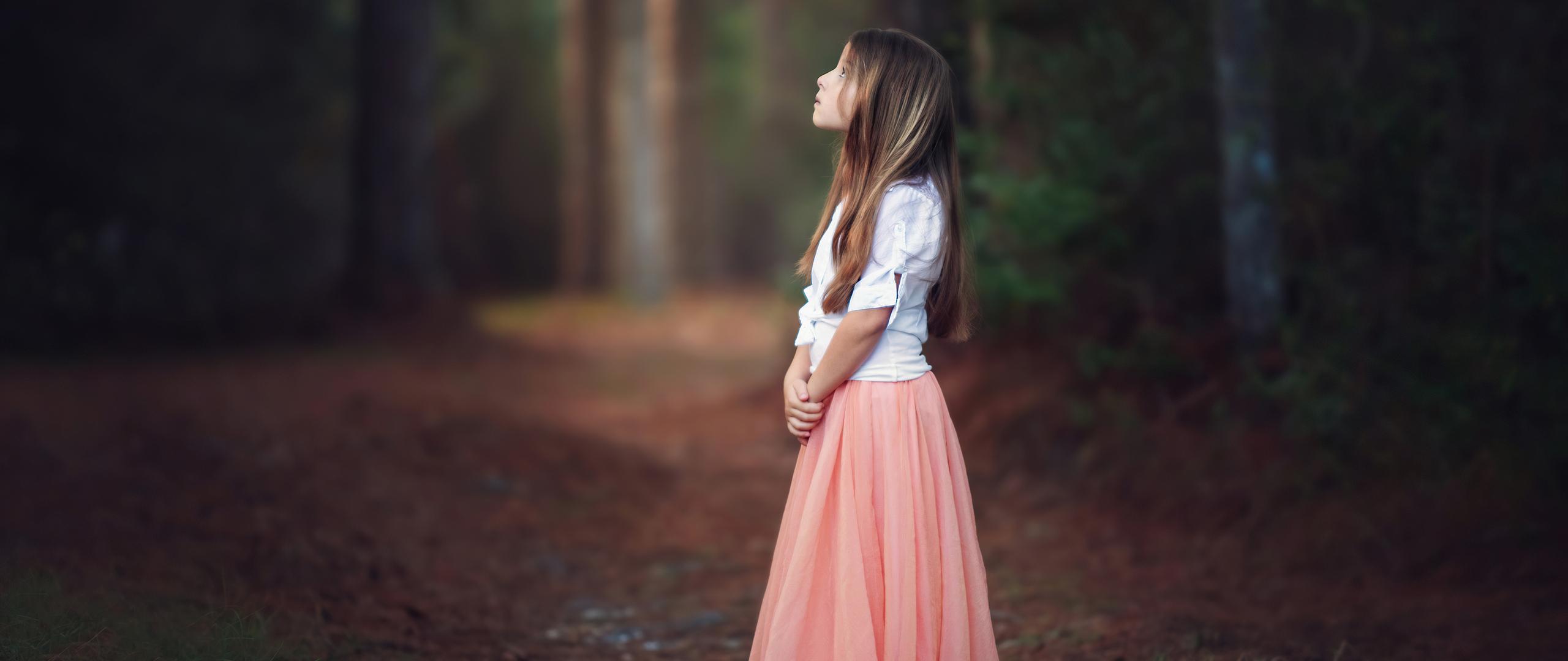 little-girl-looking-at-bird-4k-kb.jpg