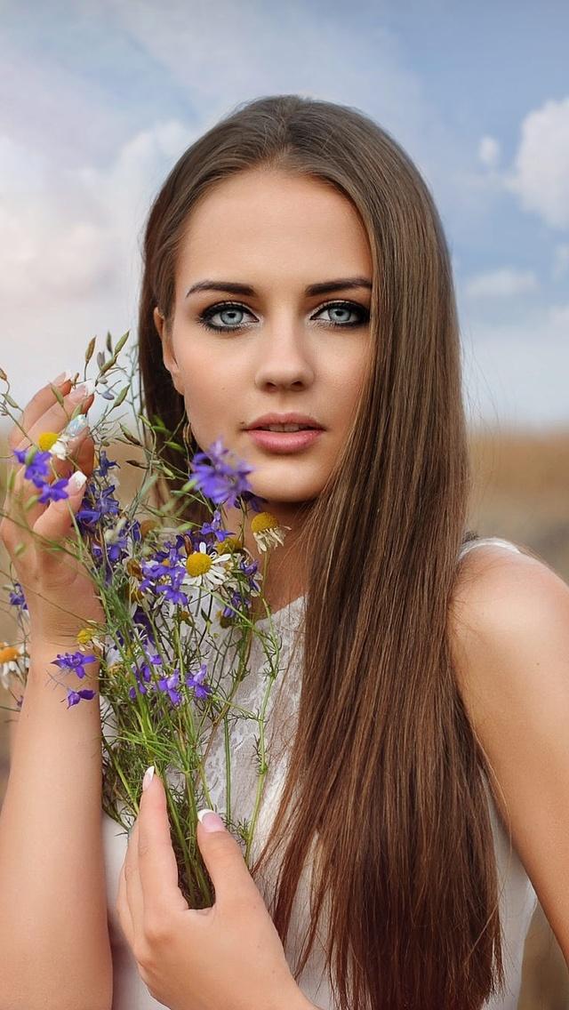 long-hair-brunette-with-flowers-in-hand-field-m6.jpg
