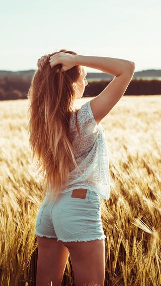 long-hair-girl-in-field-dg.jpg