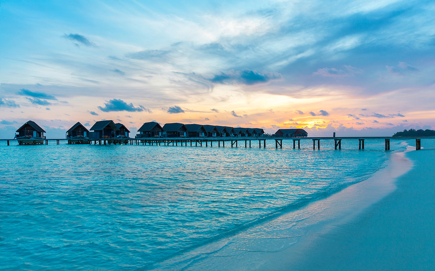 maldives-resorts-huts-over-water-22.jpg