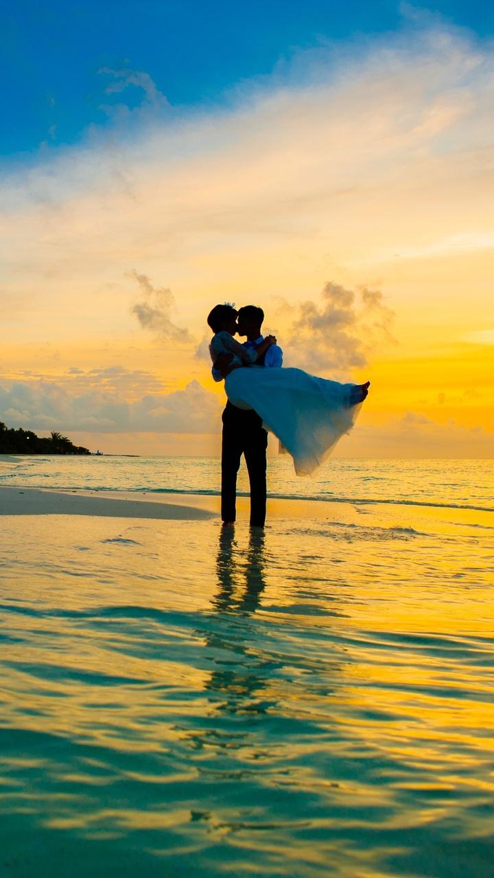 man-carrying-a-women-on-sea-shore-4k-mf.jpg