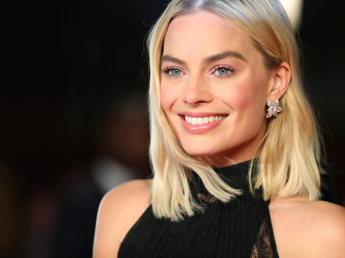 margot-robbie-smiling-2018-re.jpg