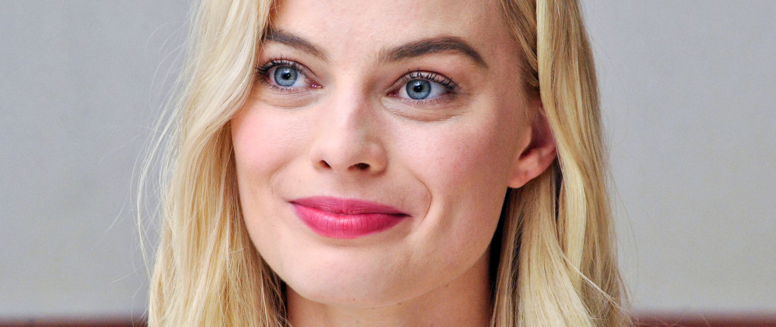 margot-robbie-smiling-4k-9s.jpg