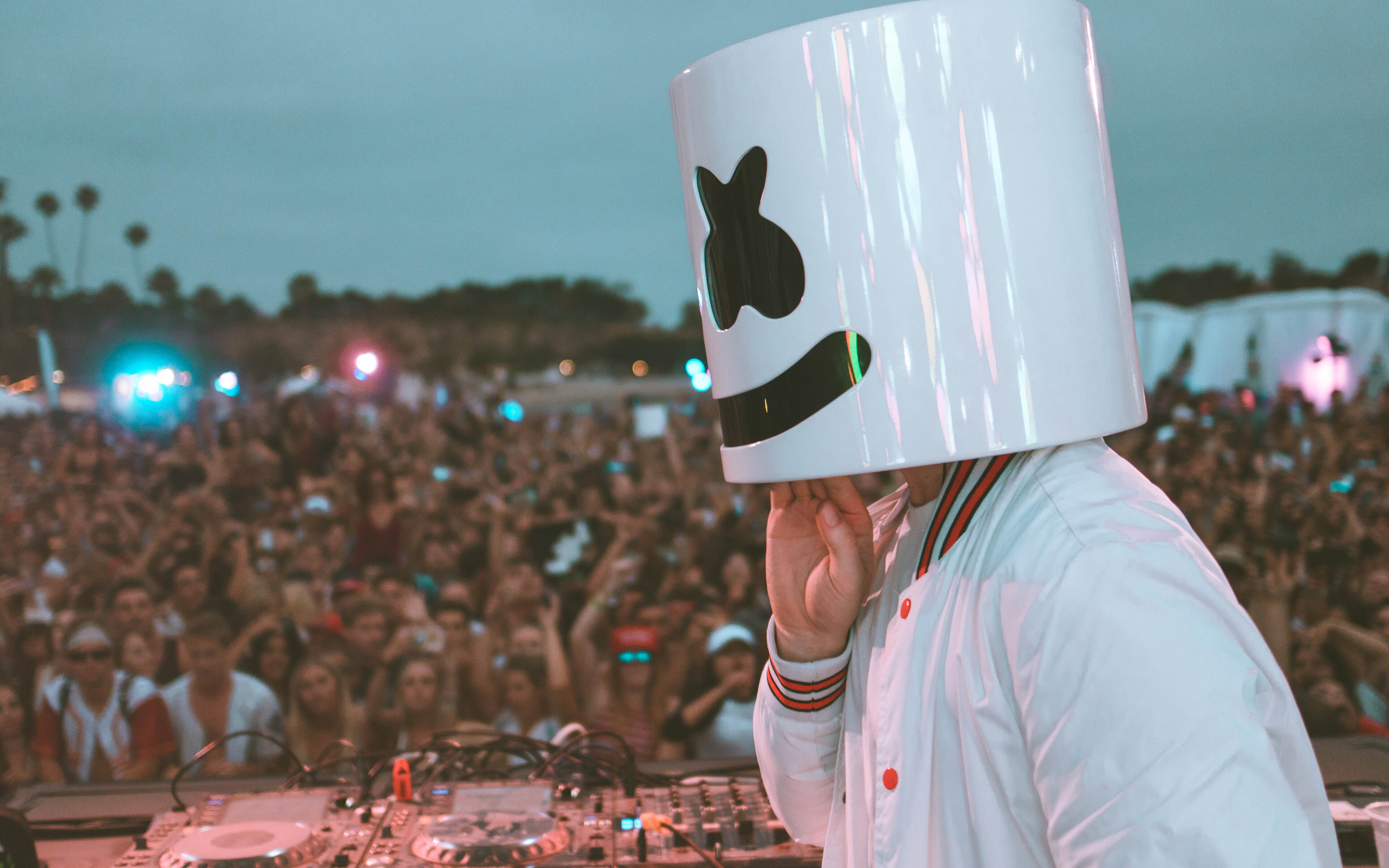 marshmello-performing-live-stage-crowd-5k-lg.jpg