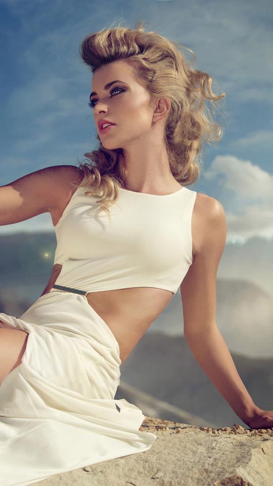 model-blonde-eyes-white-dress-nature-8k-je.jpg