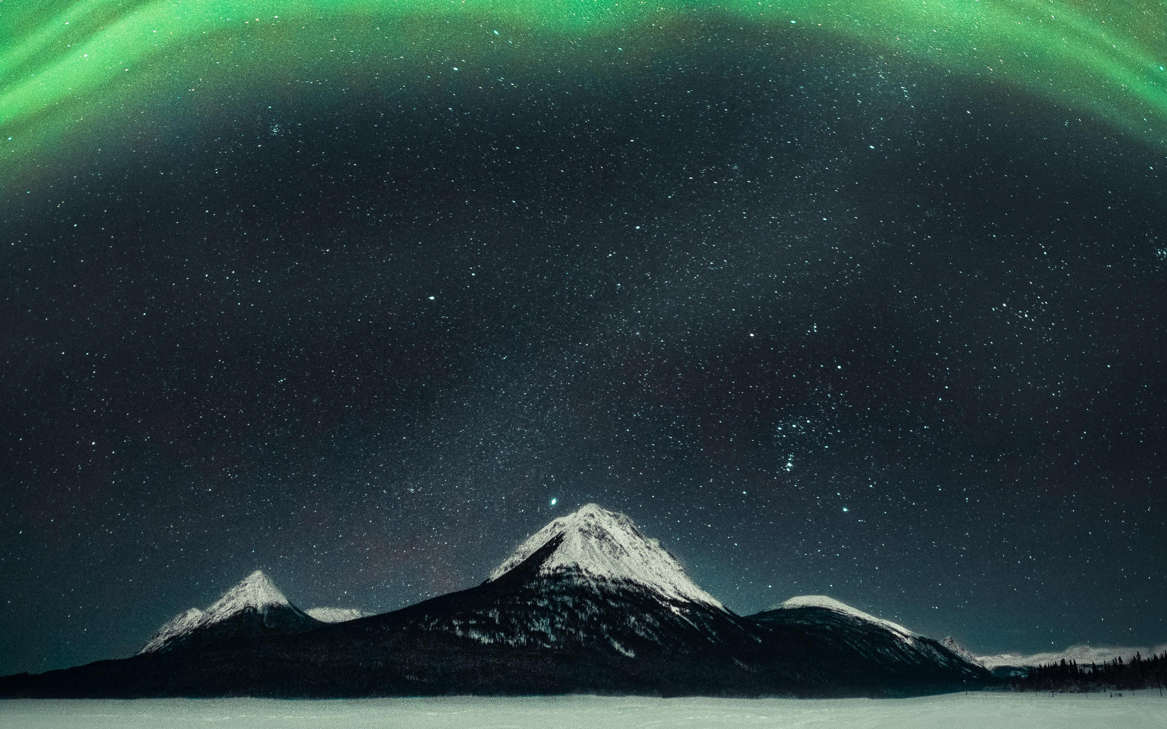 northern-lights-over-mountain-5k-vq.jpg