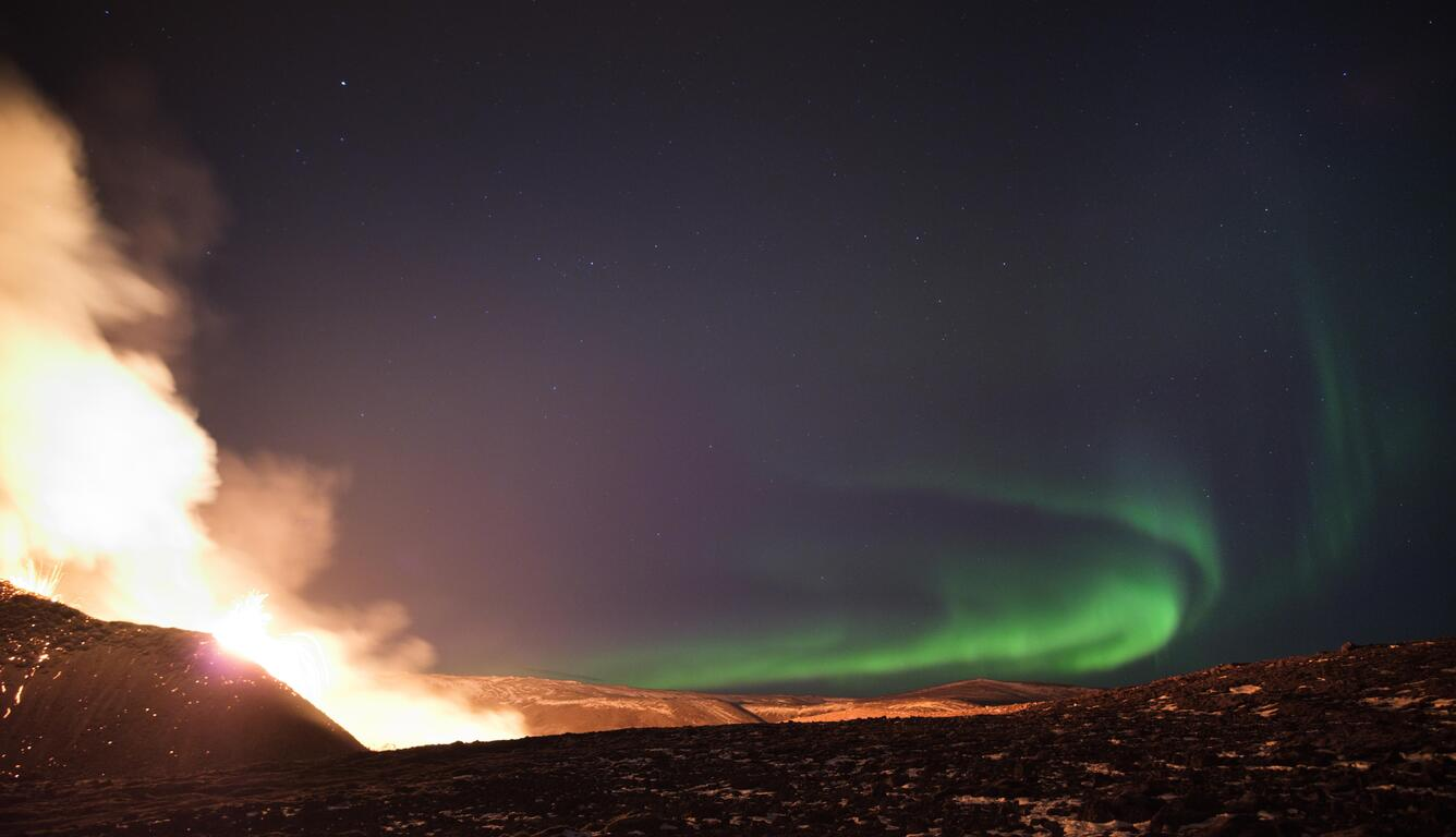 northern-lights-over-the-fagradalsfjall-volcanic-eruption-in-geldingadalur-in-iceland-5k-0g.jpg