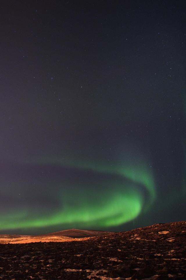 northern-lights-over-the-fagradalsfjall-volcanic-eruption-in-geldingadalur-in-iceland-5k-0g.jpg