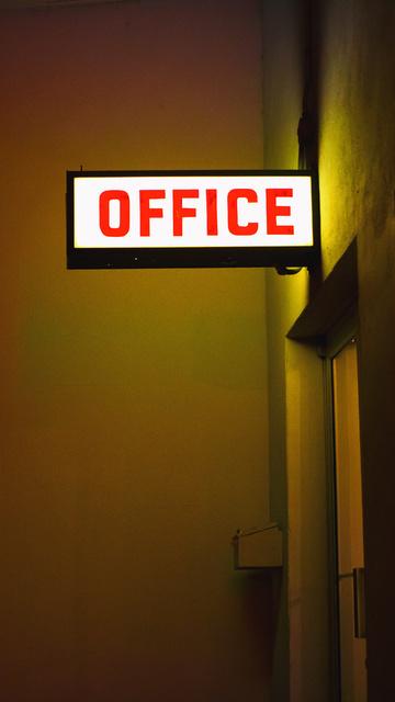 office-plate-neon-light-5k-3f.jpg